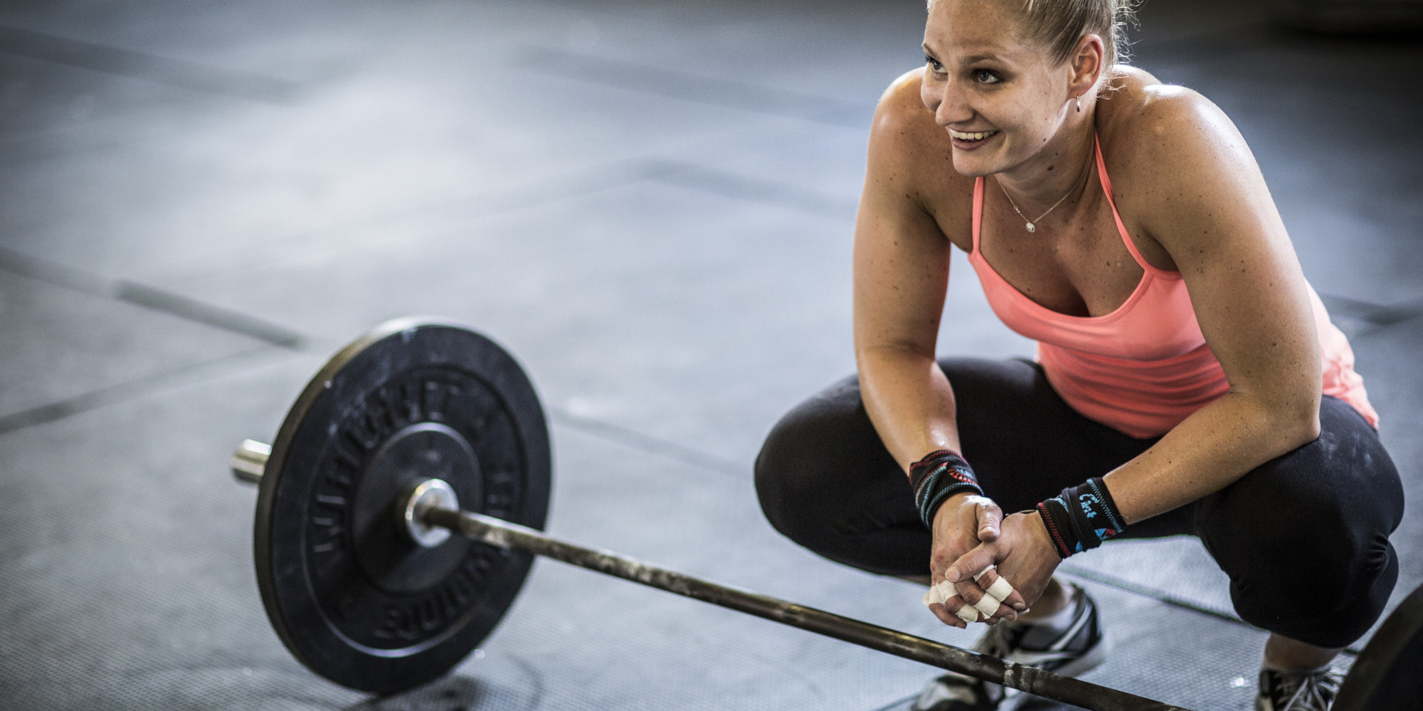 woman rest in between weightlifting sets